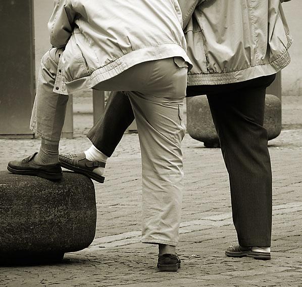 Typisch männliche Pose???? Herren in Popeline auf dem Maiplatz im Mai.