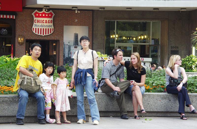 Chicago (Nein, nicht Chicago, nicht Brüssel: Japanische Familie am Roncalliplatz in Köln)