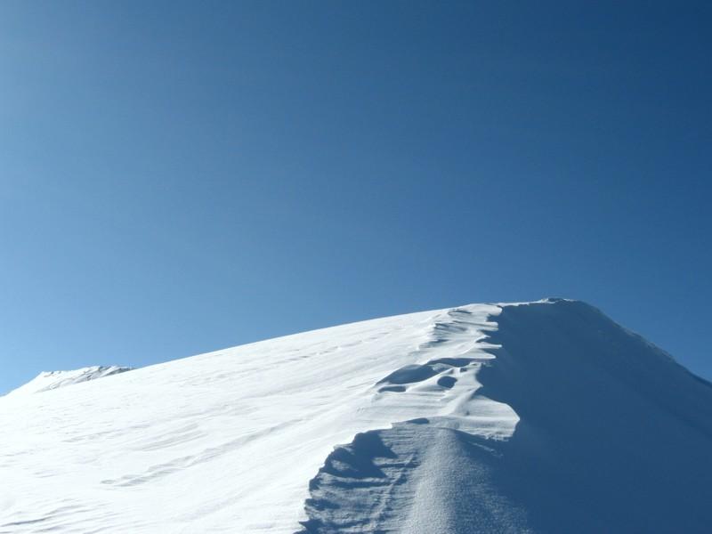Schneegrat und wolkenloser Himmel