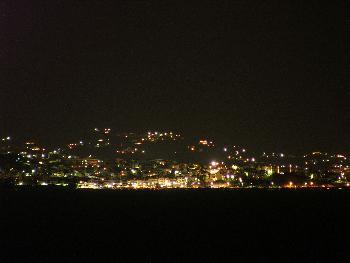 Agios Nikolaos bei Nacht (Langzeitbelichtung aus Entfernung, 200mm)