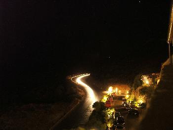 Hauptstrasse vor dem Hotel bei Nacht (Langzeitbelichtung)
