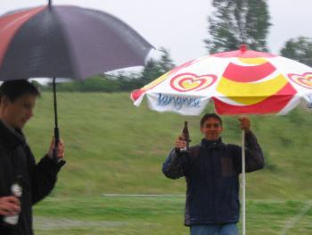 son großen regenschirm hätt ich auch gern gehabt......wär ich wenigstens trocken gebleiben ...aber unser Josh hatte schon immer die besten ideen ...he