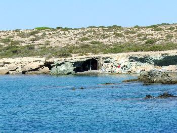 Alte Piratenhöhlen auf Insel Chrissi