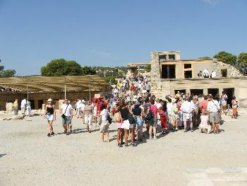 Touristenandrang vor dem Eingang zum Thronraum in Knossos