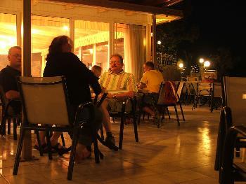 Außenbereich des Mistral Hotels bei Nacht