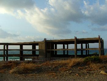 Hier wird ein Hotel direkt am Meer entstehen - nur wann (Drive-By Aufnahme)