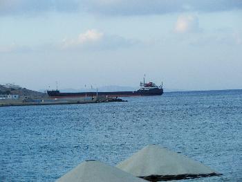 Schwerer Tanker im Hafen von Sitia (Drive-By Aufnahme, 300mm. Zoom)