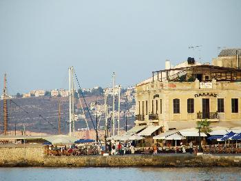 Alt gegen Neu - Venezianisches Palas und der Jachthafen, im Hintergrund die Neubauten von Chania