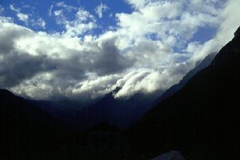 Wolken, die über die Gipfel der Alpen 'fliessen'