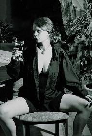In Hemd und mit Weinglas II