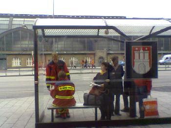 In Hamburg fahren die Sanitäter mit dem Bus zum Einsatz müssen aber auch auf ihn warten!