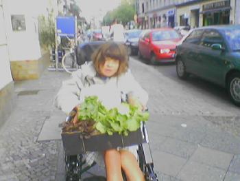 Feli auf der Oranienstrasse in Kreuzberg mit Bio-Zeugs