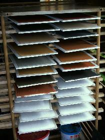 Lehmputzproben beim Trocknen, schön bunt