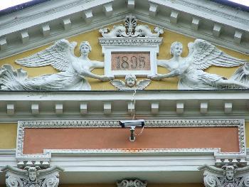 Überwachung anno 1895 oder die moderne Art der Fassadengestaltung