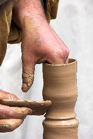 fast gottähnliche Handarbeit - Tonerde zu Kunst