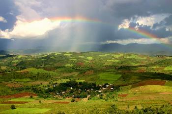 Dorf in Myanmar (Burma) unterm Regenbogen