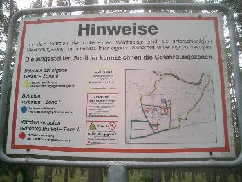 #09 Ein Schild allein im Walde...