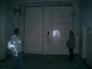 #17 Eingangstor zum Nuklearbunker, gesichert mit einem kleinen Vorhängeschloss...