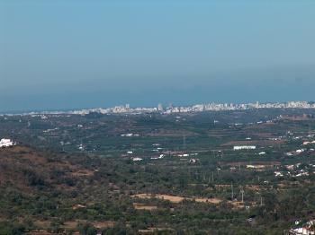 Blick ins Tal Richtung Silves (Tele - im Hintergrund Portimao)