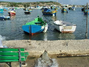 Eigenartige Löcher im Hafen von Marsaxlokk