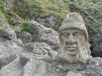 Steinskulptur an der bretonischen Nordküste