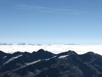 Blick vom Gipfel des Similaun übers Wolkenmeer auf die Dolomiten