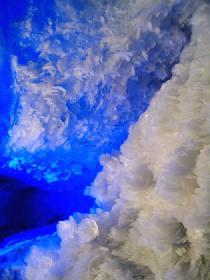 Fast abstrakte Kunst - Eisformationen in einer Gletscherspalte