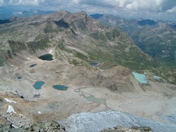 Tiefblick vom Gipfel auf die Jöriseen