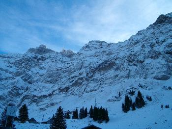 Auf der Schwägalp bei der Talstation der Seilbahn nach Schneefall Ende November
