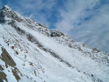 Ein einsamer Wanderer auf dem Weg zum Gipfel