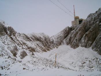 Der übel zugebaute Gipfel des Säntis, der Steig führt über den Grat links von der Bergstation