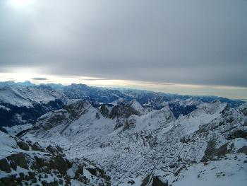 Blick vom Grat Richtung Glarner Alpen, der Föhn bricht langsam zusammen