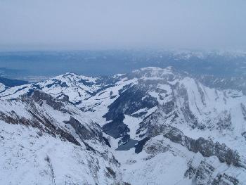 Tiefblick auf den Seealpsee, im Hintergrund das Rheintal und Vorarlberg