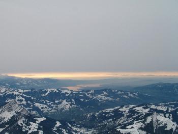 Vom letzten Sonnenlicht angestrahlte Wolken über dem Zürichsee