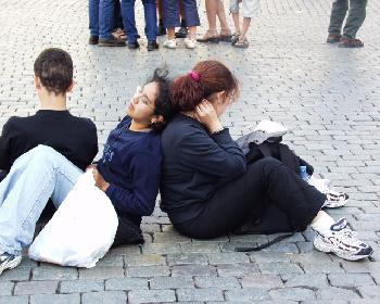 Pausieren (Pausierende Japanerinnen auf dem Rathausplatz von Brüssel)