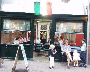 Wartend (Wartende Famlie an einem italienischen Restaurant in Leiden  - Nederland)