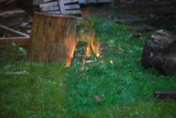 komischer brennender Rasen