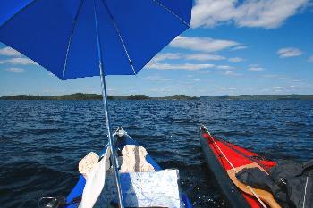 Boote zusammenbinden, Schirm aufspannen und schon gehts los - Segeln auf dem Stora Le/Schweden