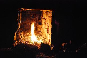 Feuer im intakten Kamin