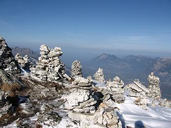 Steinmänner auf dem Rossstall hoch über dem Rheintal