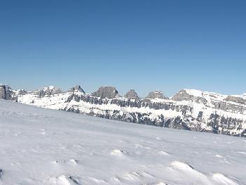 Die Churfirsten von Süden über Schneefläche