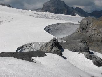 Größenverhältisse: Auf dem Felszacken im Vordergrund die Planurahütte, im Hintergrund der Windkessel